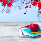 Apple με τις σχολικές προμήθειες Στοκ φωτογραφίες με δικαίωμα ελεύθερης χρήσης