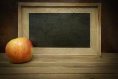 Apple με τον κενό πίνακα κιμωλίας Στοκ Εικόνες