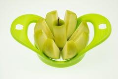 Apple με τον κόπτη μήλων στο άσπρο υπόβαθρο Στοκ Εικόνα