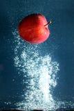 Apple με τον παφλασμό νερού Στοκ Φωτογραφίες
