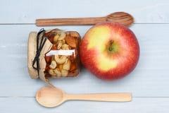 Apple με τους διαφορετικούς τύπους καρυδιών Στοκ Εικόνα