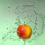 Apple με τους παφλασμούς του νερού Στοκ εικόνες με δικαίωμα ελεύθερης χρήσης