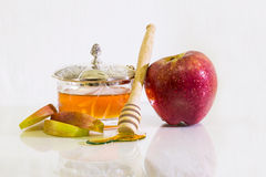Apple με το άσπρο υπόβαθρο μελιού για Rosh Hashanah (εβραϊκό νέο έτος) Στοκ Φωτογραφίες