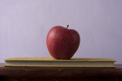 Apple με το βιβλίο Στοκ εικόνα με δικαίωμα ελεύθερης χρήσης