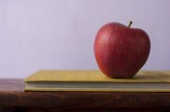 Apple με το βιβλίο Στοκ φωτογραφία με δικαίωμα ελεύθερης χρήσης