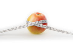 Apple με το εκατοστόμετρο σε ένα άσπρο υπόβαθρο Στοκ φωτογραφία με δικαίωμα ελεύθερης χρήσης