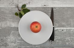 Apple με το μαχαίρι και φύλλα στο ξεπερασμένο ξύλο Στοκ φωτογραφίες με δικαίωμα ελεύθερης χρήσης