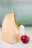 Apple με το μπουκάλι ποτών και την τσάντα εγγράφου στον πίνακα Στοκ Εικόνα