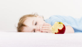 Apple με το παιδί στο υπόβαθρο Στοκ Εικόνες