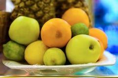Apple με το πορτοκάλι και το λεμόνι στενό σε έναν επάνω πιάτων Στοκ Εικόνες