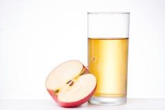 Apple με το ποτήρι του χυμού στο άσπρο υπόβαθρο Στοκ φωτογραφία με δικαίωμα ελεύθερης χρήσης