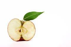 Apple με το πράσινο φύλλο, περικοπή στο μισό στο λευκό Στοκ φωτογραφία με δικαίωμα ελεύθερης χρήσης