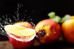Apple με το ράντισμα νερού, σκοτεινό υπόβαθρο Στοκ Εικόνες