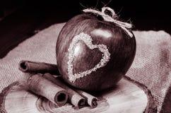 Apple με το σύμβολο καρδιών Στοκ Εικόνα