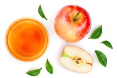 Apple με το χυμό και φύλλα που απομονώνονται στην άσπρη τοπ άποψη υποβάθρου Επίπεδος βάλτε το σχέδιο Στοκ Εικόνα