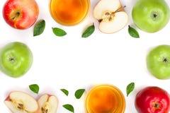 Apple με το χυμό και φύλλα που απομονώνονται στο άσπρο υπόβαθρο με το διάστημα αντιγράφων για το κείμενό σας Τοπ όψη Επίπεδος βάλ Στοκ Φωτογραφίες