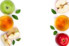 Apple με το χυμό και φύλλα που απομονώνονται στο άσπρο υπόβαθρο με το διάστημα αντιγράφων για το κείμενό σας Τοπ όψη Επίπεδος βάλ Στοκ φωτογραφία με δικαίωμα ελεύθερης χρήσης