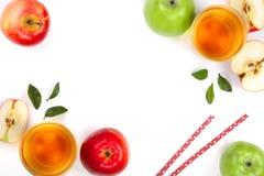 Apple με το χυμό και φύλλα που απομονώνονται στο άσπρο υπόβαθρο με το διάστημα αντιγράφων για το κείμενό σας Τοπ όψη Επίπεδος βάλ Στοκ Εικόνες