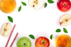 Apple με το χυμό και φύλλα που απομονώνονται στο άσπρο υπόβαθρο με το διάστημα αντιγράφων για το κείμενό σας Τοπ όψη Επίπεδος βάλ Στοκ Φωτογραφία