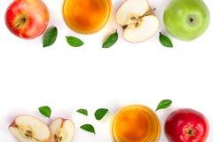 Apple με το χυμό και φύλλα στο άσπρο υπόβαθρο με το διάστημα αντιγράφων για το κείμενό σας Τοπ όψη Επίπεδος βάλτε το σχέδιο Στοκ φωτογραφία με δικαίωμα ελεύθερης χρήσης