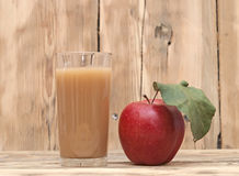Apple με το χυμό μήλων Στοκ Εικόνες