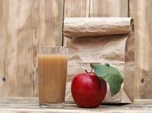Apple με το χυμό μήλων Στοκ φωτογραφία με δικαίωμα ελεύθερης χρήσης