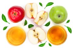 Apple με το χυμό που διακοσμείται με τα πράσινα φύλλα που απομονώνονται στην άσπρη τοπ άποψη υποβάθρου Επίπεδος βάλτε το σχέδιο Στοκ εικόνες με δικαίωμα ελεύθερης χρήσης