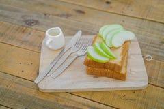 «Apple με το ψωμί που εξυπηρετείται στο ξύλινο πιάτο Στοκ Εικόνες