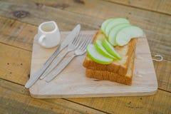 Apple με το ψωμί που εξυπηρετείται στο ξύλινο πιάτο Στοκ εικόνα με δικαίωμα ελεύθερης χρήσης