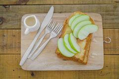 Apple με το ψωμί που εξυπηρετείται στο ξύλινο πιάτο Στοκ Εικόνες