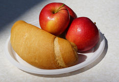 Apple με το ψωμί Στοκ φωτογραφία με δικαίωμα ελεύθερης χρήσης
