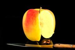 Apple με τρεις πεταγμένους έξω σπόρους Στοκ Εικόνες