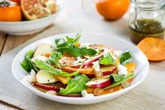 Apple με Persimmon και τη σαλάτα φέτας Στοκ εικόνες με δικαίωμα ελεύθερης χρήσης