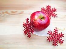 Apple με snowflakes σε ξύλινο Στοκ Φωτογραφία