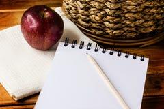 Apple, μολύβι και έγγραφο Στοκ Εικόνες