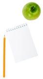 Apple, μολύβι και σημειωματάριο στο άσπρο υπόβαθρο Στοκ Φωτογραφίες