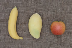 Apple, μπανάνα και μάγκο που τοποθετούνται στο σάκο Στοκ εικόνες με δικαίωμα ελεύθερης χρήσης