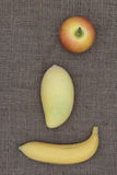 Apple, μπανάνα και μάγκο που τοποθετούνται στο σάκο Στοκ φωτογραφία με δικαίωμα ελεύθερης χρήσης