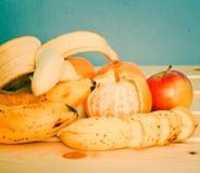 Apple, μπανάνες, μανταρίνια στον πίνακα Στοκ Εικόνα