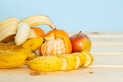 Apple, μπανάνες, μανταρίνια στον πίνακα Στοκ φωτογραφία με δικαίωμα ελεύθερης χρήσης