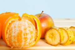 Apple, μπανάνες, μανταρίνια στον πίνακα Στοκ Εικόνες