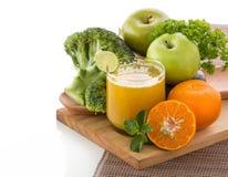 Apple, μπρόκολο και πορτοκαλής χυμός μιγμάτων που απομονώνονται Στοκ Φωτογραφία