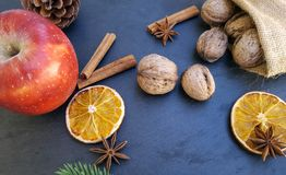 Apple, ξηρές πορτοκαλιές φέτες, ραβδιά κανέλας και ξύλα καρυδιάς Στοκ εικόνα με δικαίωμα ελεύθερης χρήσης
