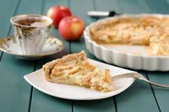 Apple ξινή με το φλυτζάνι του τσαγιού και ολόκληρων των μήλων Στοκ εικόνες με δικαίωμα ελεύθερης χρήσης