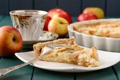 Apple ξινή με το φλυτζάνι του τσαγιού και ολόκληρων των μήλων Στοκ φωτογραφίες με δικαίωμα ελεύθερης χρήσης