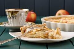 Apple ξινή με το φλυτζάνι τσαγιού και τριών ολόκληρων μήλων Στοκ εικόνα με δικαίωμα ελεύθερης χρήσης