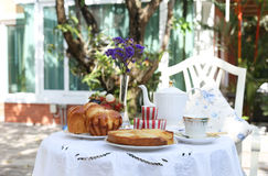 Apple ξινή με το ψωμί και τα φρούτα στο χρόνο τσαγιού Στοκ Φωτογραφία