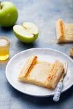 Apple ξινή, λουρίδες ζύμης ριπών με την κρέμα βανίλιας Στοκ φωτογραφίες με δικαίωμα ελεύθερης χρήσης