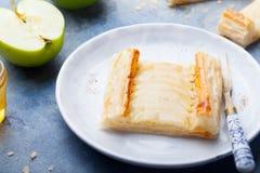 Apple ξινή, λουρίδες ζύμης ριπών με την κρέμα βανίλιας Στοκ Φωτογραφία