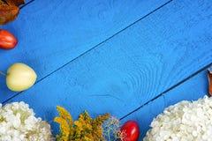 Apple, λουλούδια, δαμάσκηνα και απορρίματα φύλλων στο ξύλινο υπόβαθρο Στοκ εικόνα με δικαίωμα ελεύθερης χρήσης